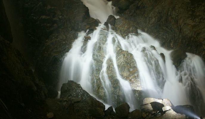 259-18-cascade-dans-la-grotte-de-La-Verna-Aquitaine-France