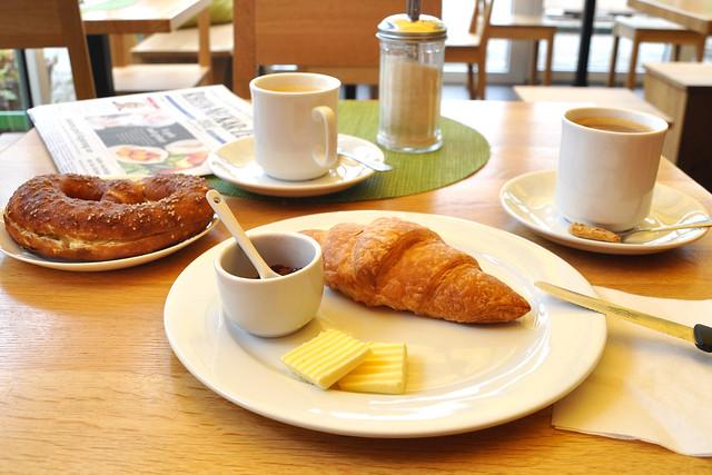 Madame Paulette ... Frühstück mit Croissant, Butter, Himbeerkonfitüre ... Foto: Brigitte Stolle