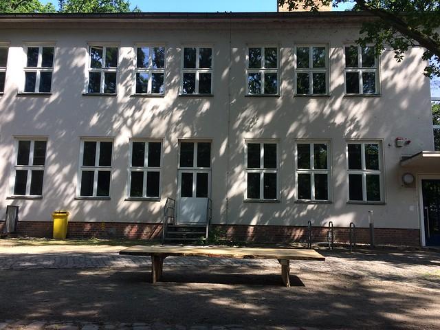 Neue Bank vor dem alten Schulhaus