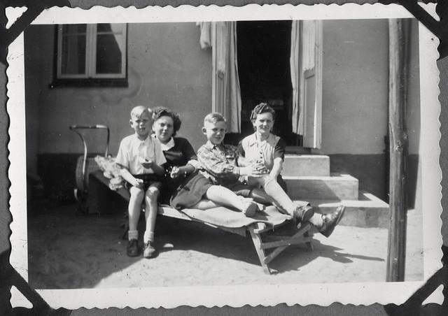 Album E53 Mutter mit Kinder vorm Haus, 1950er