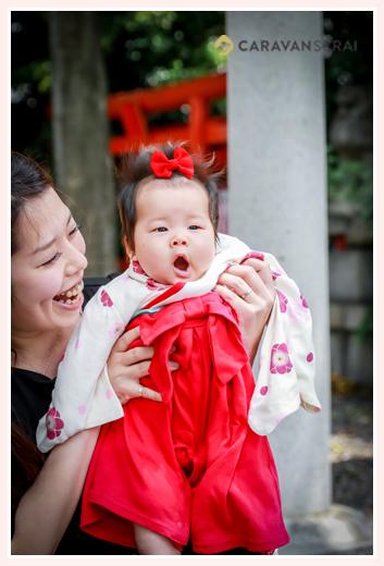 初宮参り あくびをする女の子赤ちゃん ヘアスタイル 頭には赤いリボン