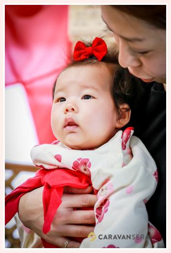 初宮参り 3か月の女の子の服装 袴ロンパース ヘアスタイル 頭には赤いリボン
