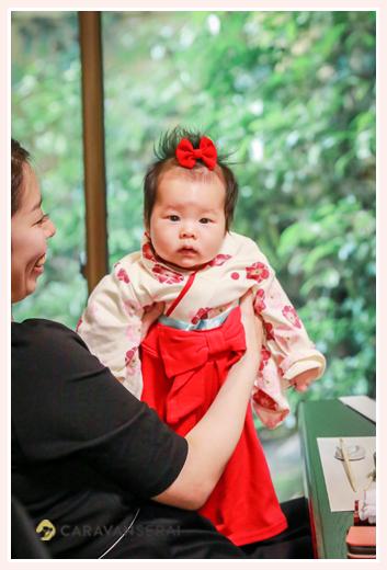 お食い初め か月の女の子の服装 袴ロンパース ヘアスタイル 頭には赤いリボン