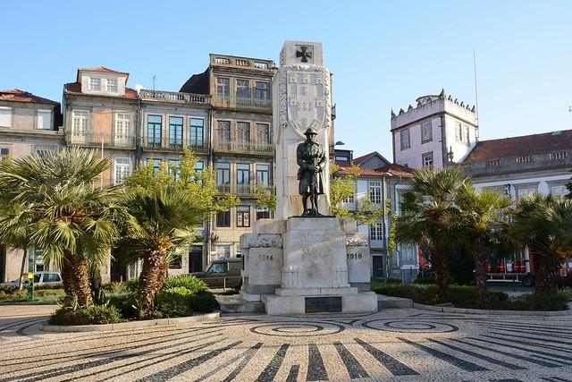 Porto downton - Monument to the unknown soldier at Praça de Carlos Alberto.