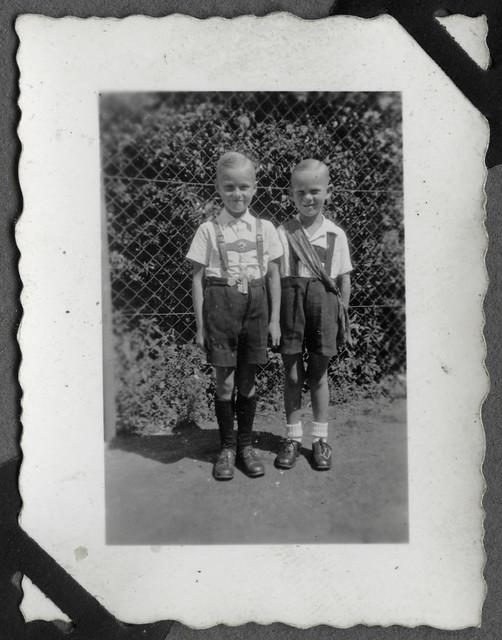 Album E58 Dieter, rechts, als König, 1950