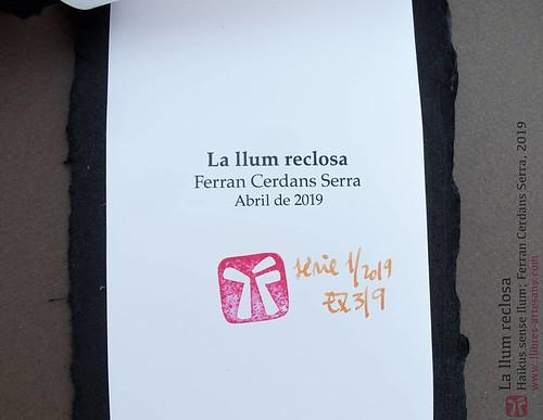 La llum reclosa; segell de l'autor, sèrie i exemplar.