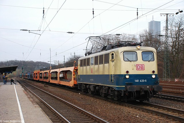 140 423-5 mit leeren Autotransportwagen in Köln-West am 12.03.11