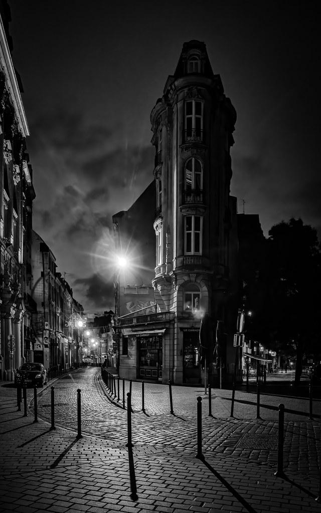 Une nuit à l'entrée de la rue de Courtrai... 48020533626_8fd8754b66_b