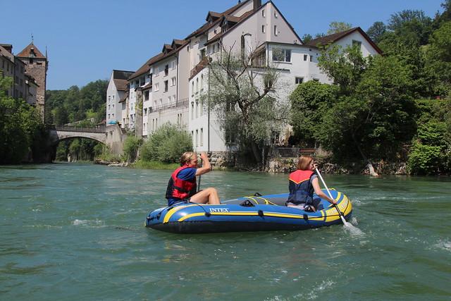 Gummiboot - Schlauchboot unterwegs in der Schlucht der Aare - Aareschlucht bei Brugg im Kanton Aargau der Schweiz