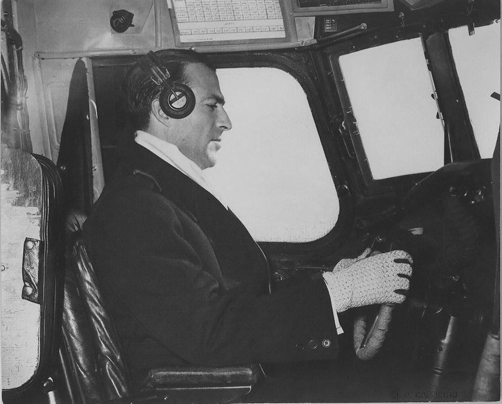 Comandante José Sequeira Marcelino aos comandos dum DC-4 Skymaster (T.A.P., 1947-1960)