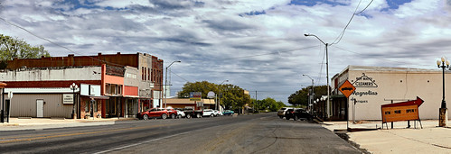 texas hillcounty hubbard cloudy afternoon sky clouds buildings town railroad lamp sign car magnoliaavenue mainstreet businessdistrict panorama wyojones np