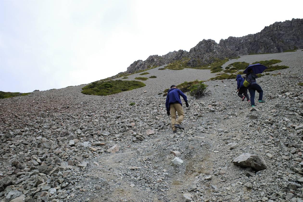 レッドターントラック ガレ場の登山道