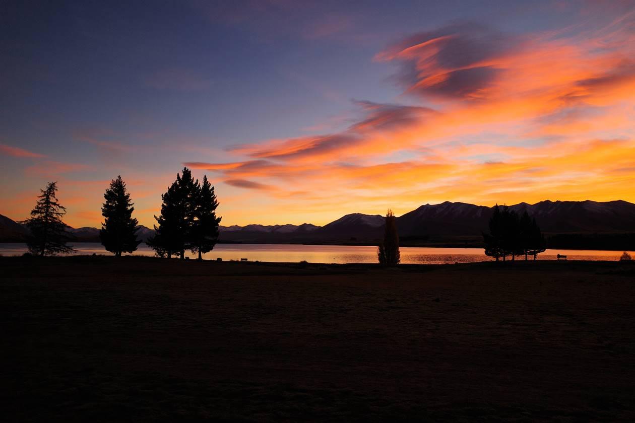 ニュージーランド テカポ湖と朝焼け