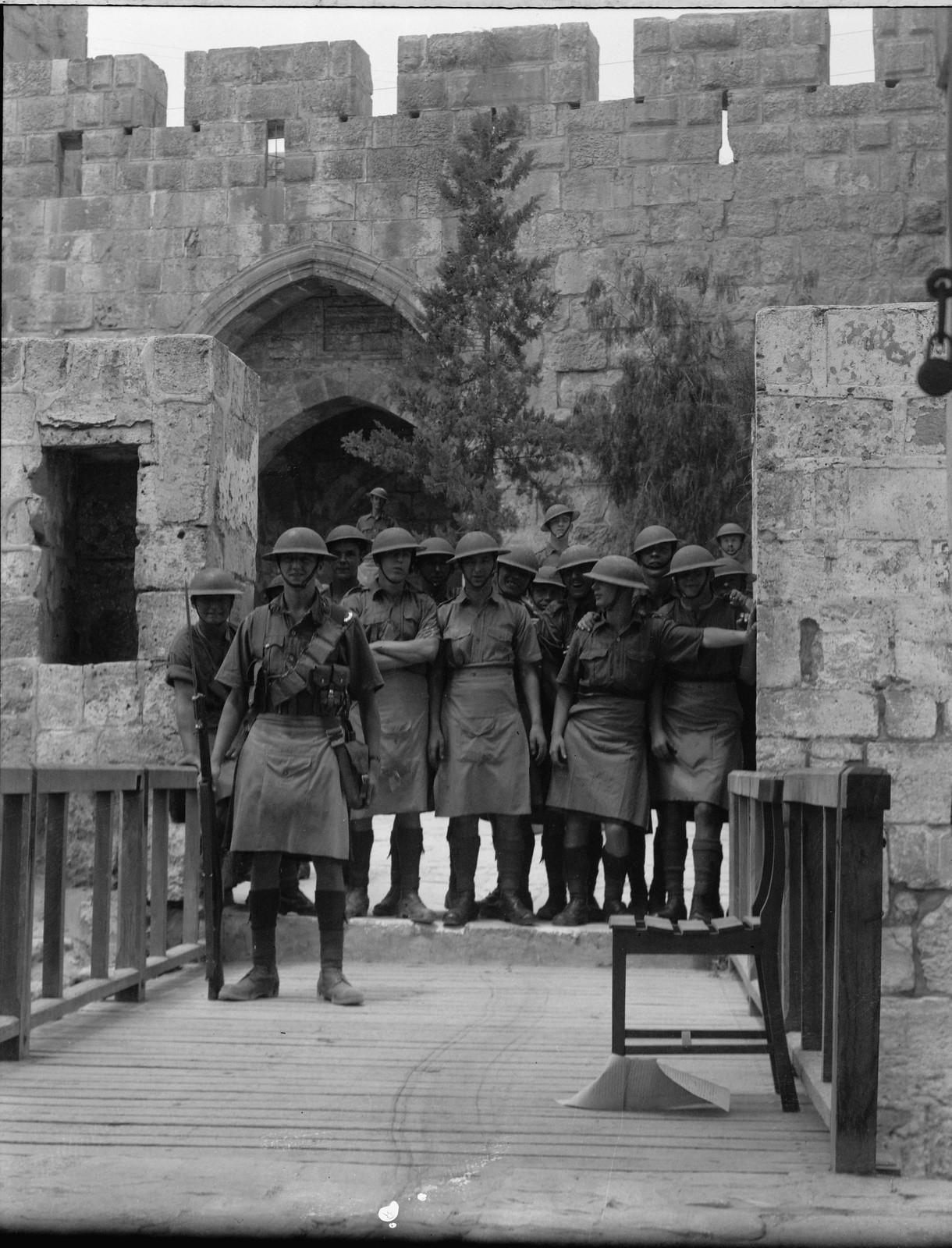 Иерусалим. Британские войска в Башне Давида готовятся в пятничным беспорядкам