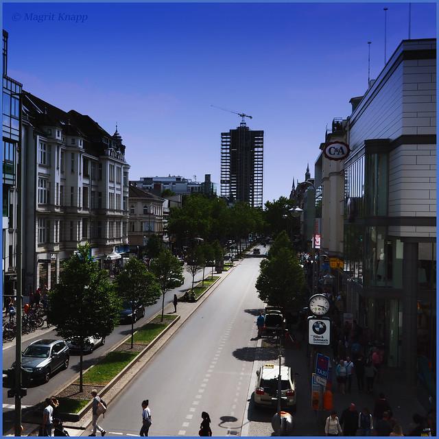 Schlossstraße mit Blick auf den Kreisel