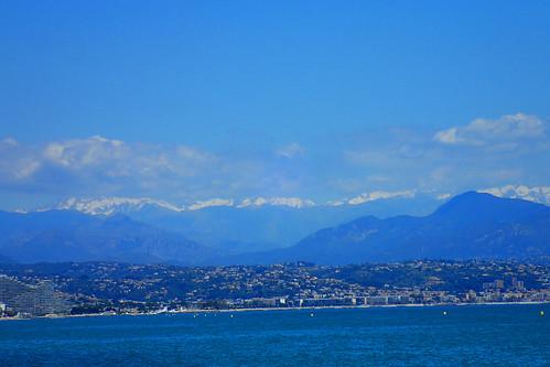 mediteranean mittelmeer meer sea apls alpen landschaft landscape mountain berg outdoor blue schnee snow cotedazur france frankreich wolken clouds himmel sky antibes