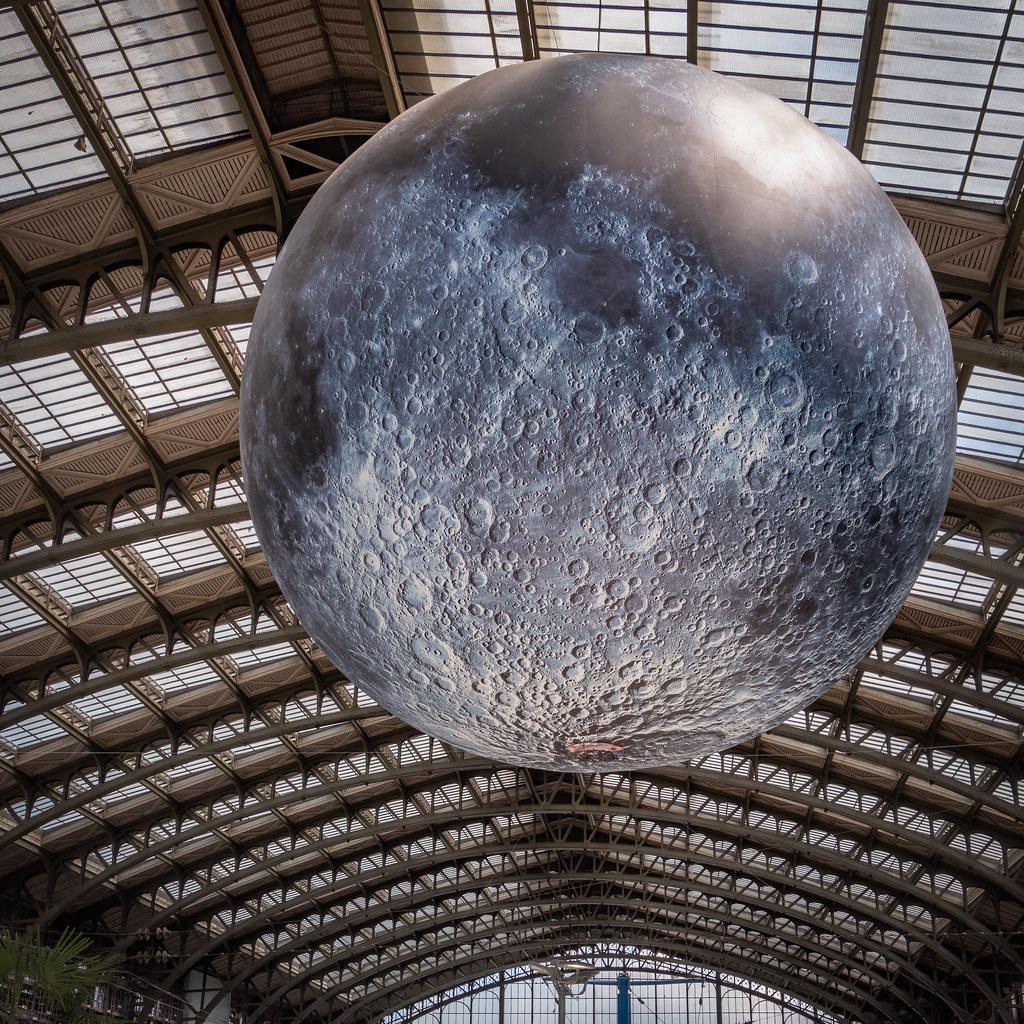 La lune en plein jour entre en Gare de Lille... recadrée. 48030954181_9573035219_b