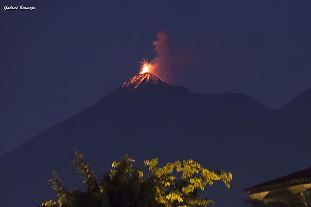 Vocán de Fuego en erupción - Guatemala