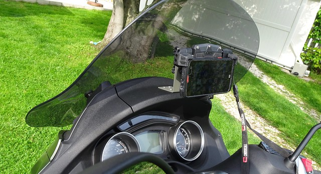 GIVI S920 support smartphone sur Piaggio MP3 500 48031857552_295d798a7b_z