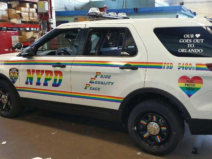 2016年,紐約市警察局於同志驕傲大遊行前,將警車換上彩虹塗裝。
