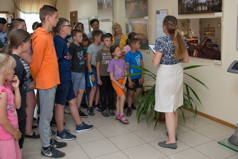 Открытие фотовыставки «Кабинет и мир писателя» в в выставочном зале музея-заповедника «Тарханы» 7 июня 2019 года