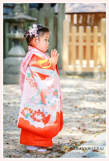 深川神社(愛知県瀬戸市)で七五三 神さまに祈る3歳の女の子