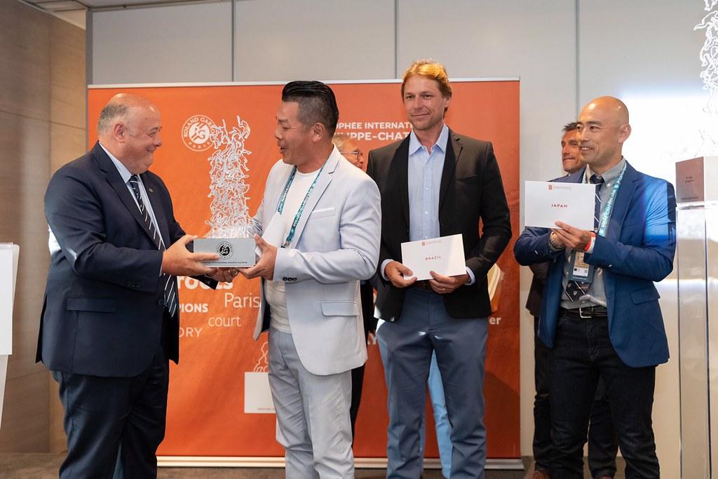 中華網協劉中興秘書長代表獲頒男子組冠軍奬盃。(中華網協提供)