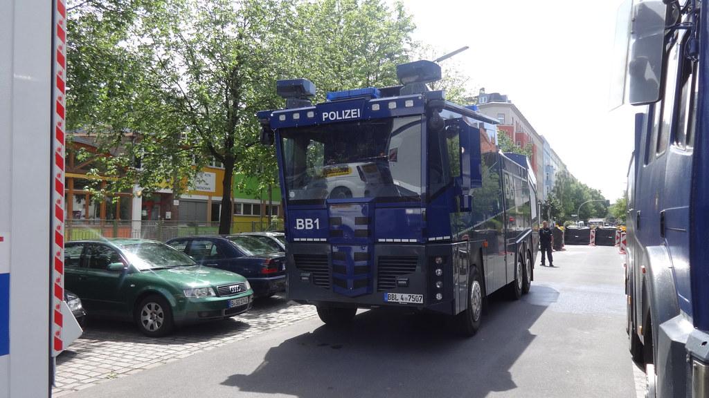2016 Wasserwerfer WAWE 10 Cobra der Landespolizei Brandenburg auf Daimler-Benz Actros 3341 Baerwaldstraße in 10961 Berlin-Kreuzberg