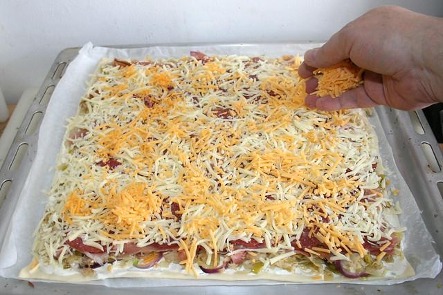 26 - Mit restlichen Käse bestreuen / Dredge with remaining cheese