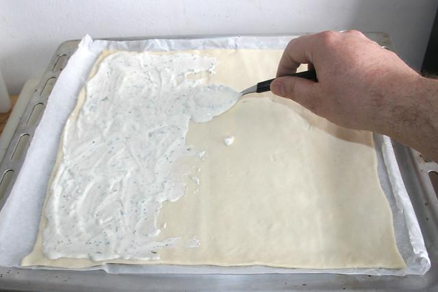 21 - Pizzaboden mit Schmandmischung bestreichen / Spread pizza dough with sour cream mix