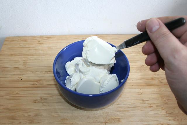 07 - Schmand in Schüssel geben / Put sour cream in bowl