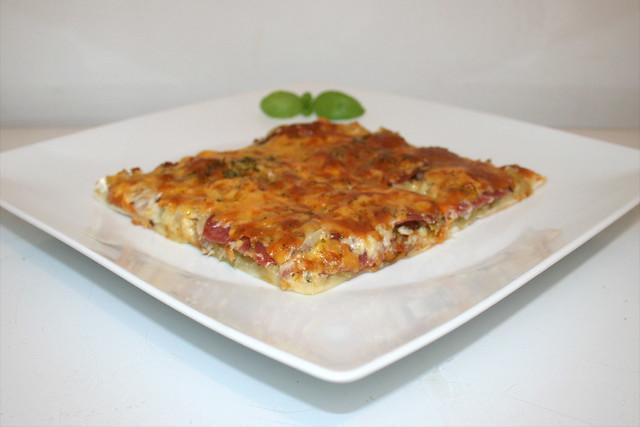 31 - Sauerkraut leek pizza - Side view / Sauerkraut-Lauch-Pizza - Seitenansicht