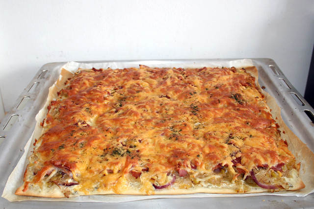 29 - Sauerkraut leek pizza - Finished baking / Sauerkraut-Lauch-Pizza - Fertig gebacken