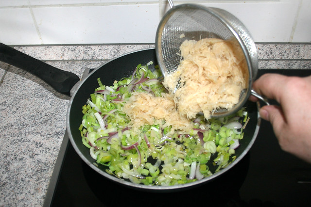 18 - Sauerkraut in Pfanne geben / Add sauerkraut