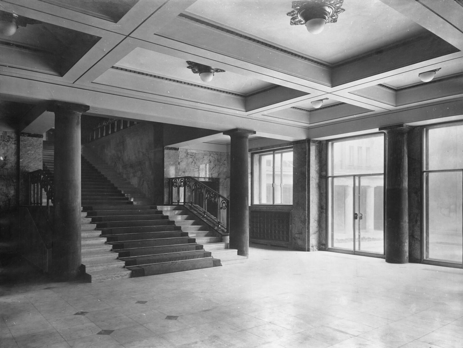 Главная лестница, первый этаж