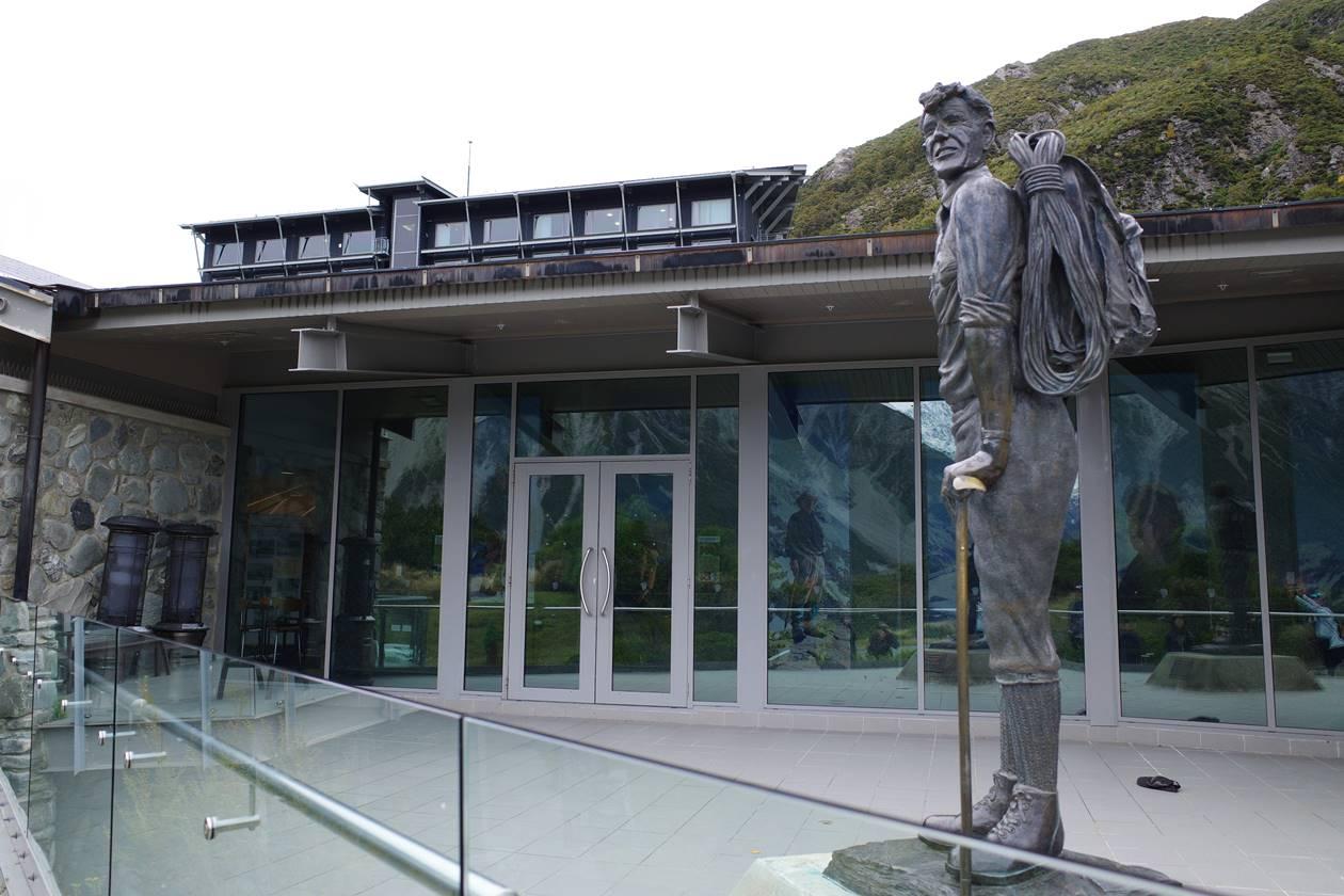マウントクック・エドモンドヒラリーの銅像