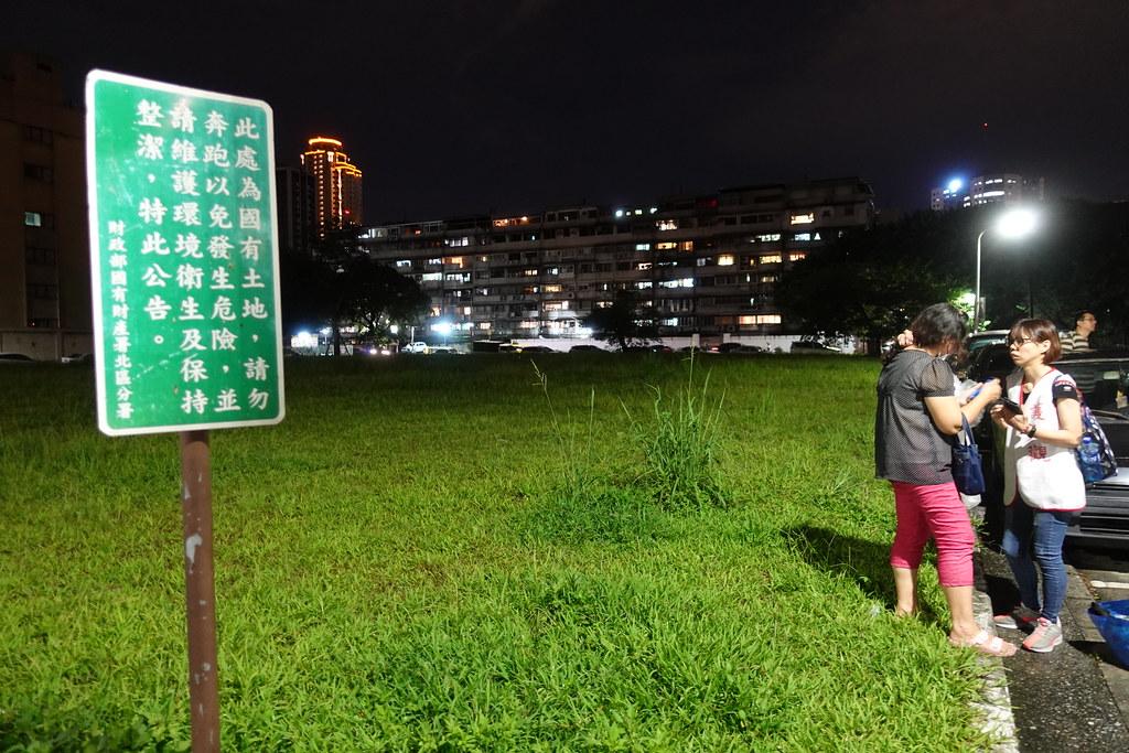 華光社區被拆除六年後,至今仍是一片草皮,顯得格外諷刺。(攝影:張智琦)