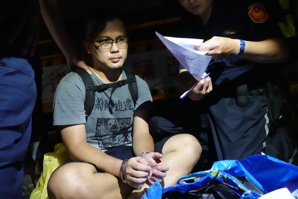 大觀自救會學生被警方強制上手銬。(攝影:張智琦)