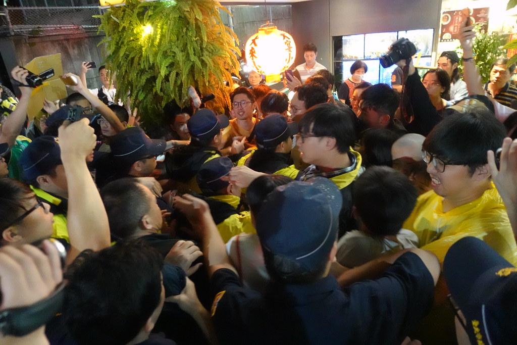 警方和自救會在金華官邸旁發生推擠衝突。(攝影:張智琦)