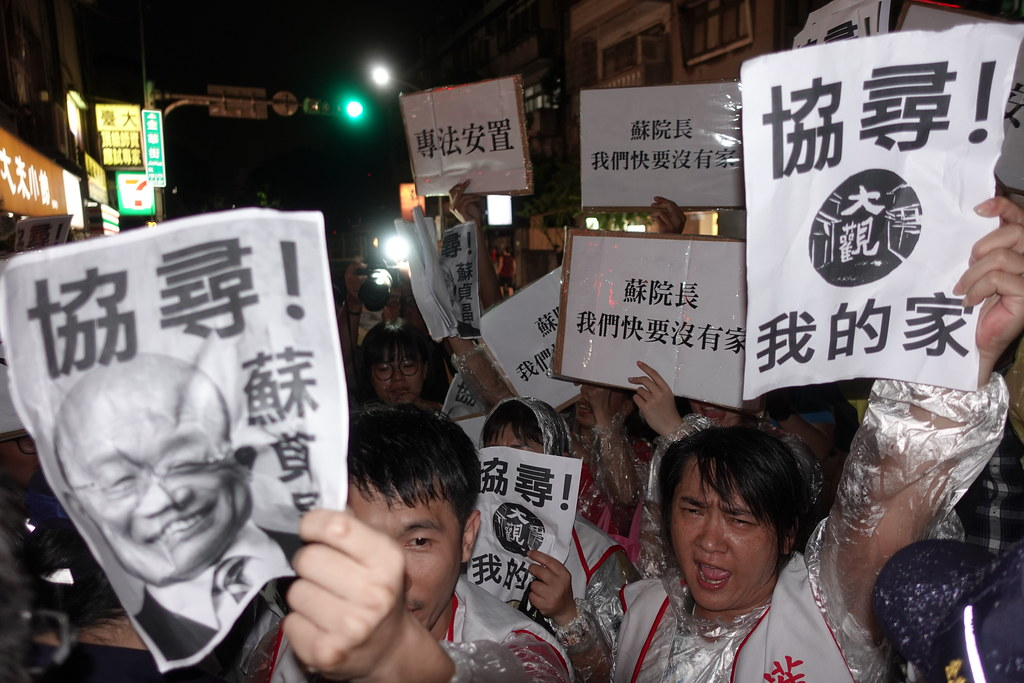 大觀居民在金華官邸前陳抗,希望蘇貞昌出面協調專法安置。(攝影:張智琦)