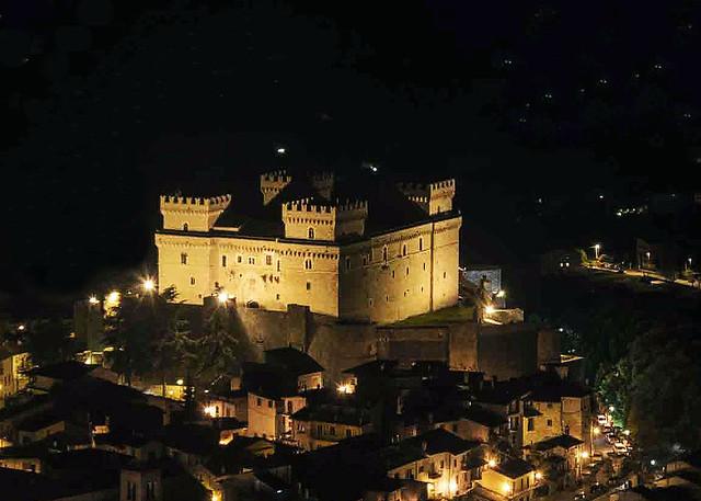 il castello piccolomini abruzzo