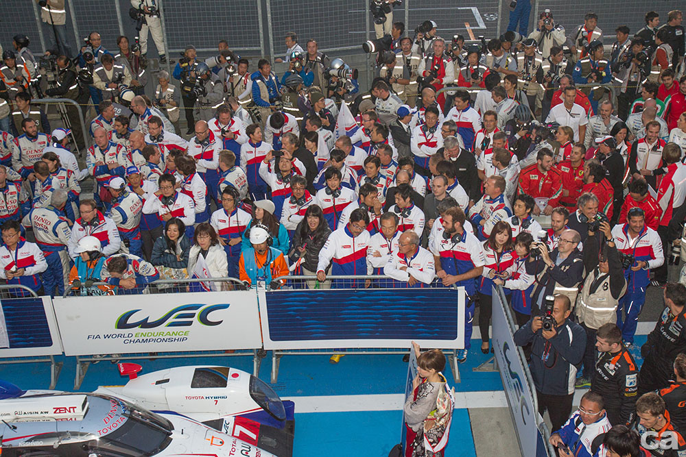 Fans celebrate after Anthony Davidson (GBR) / Nicolas Lapierre (FRA) / Sebastien Buemi (CHE) / drivers of car #8 LMP1 Toyota Racing (JPN) Toyota TS 040 - Hybrid  win at Fuji Speedway - Shizuoka Prefecture - Japan