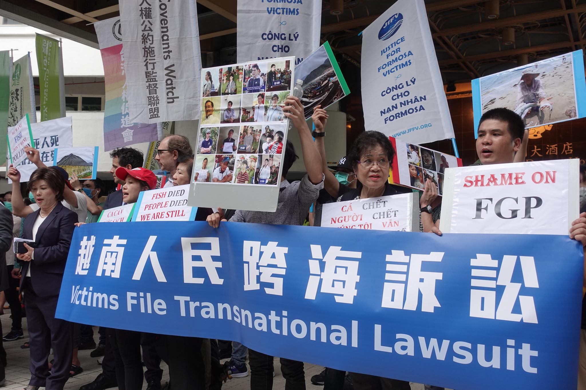 越南團體上午對台塑提出跨國賠償訴訟,之後來到台塑股東會外抗議。(攝影:張智琦)