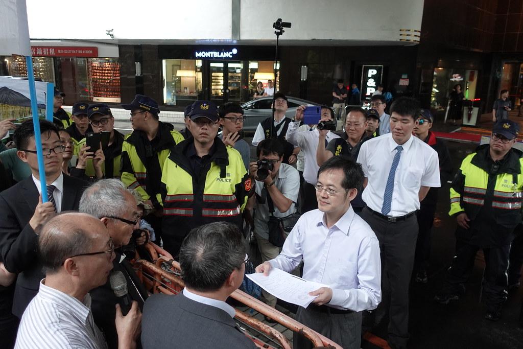 面對越南團體來到台塑股東會會場外抗議,台塑派人接下陳情。(攝影:張智琦)