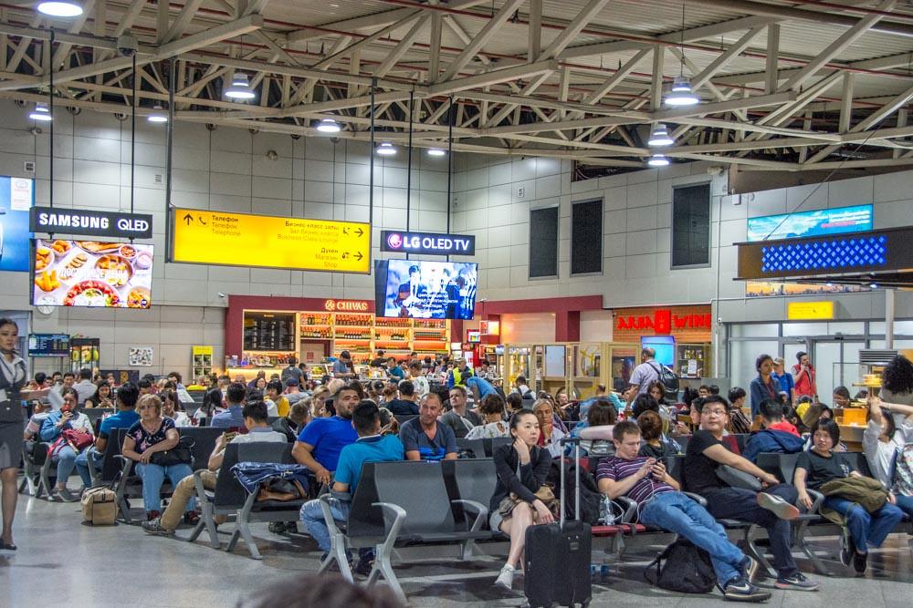 Зона ожидания для стыкующихся пассажиров в аэропорту Алматы
