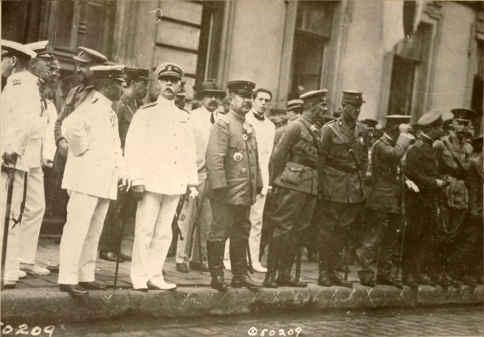 1918. Начальник штаба Чехословацкого корпуса генерал-майор М.К. Дитерихс наблюдает за прохождением японских войск.12.08