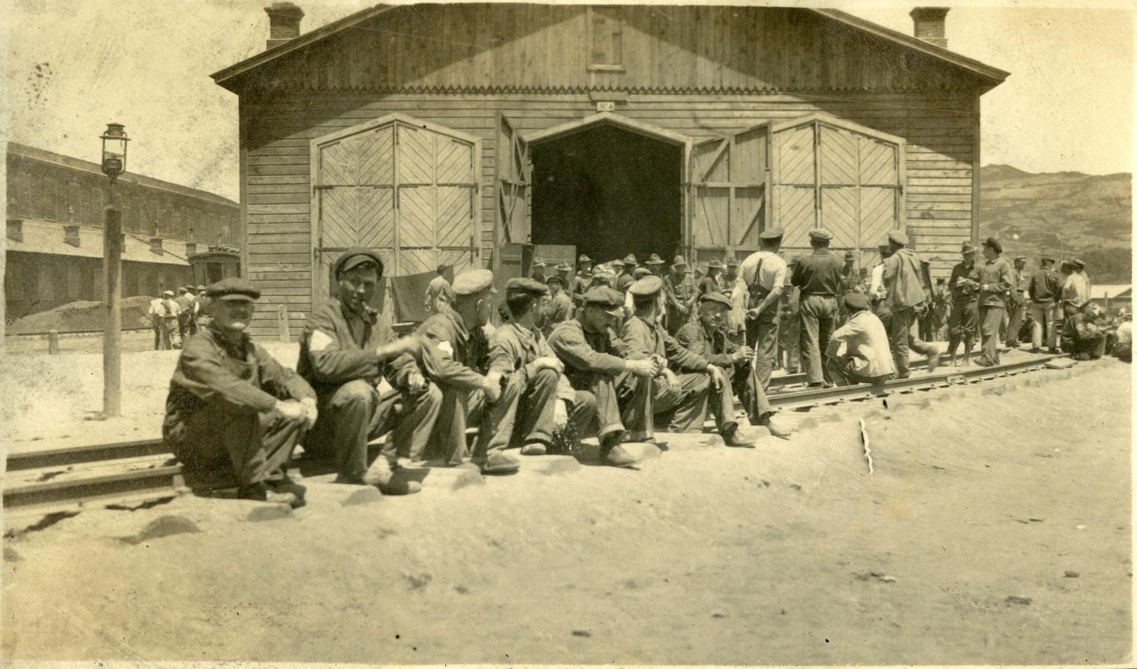 1918. Рабочие возле склада №4