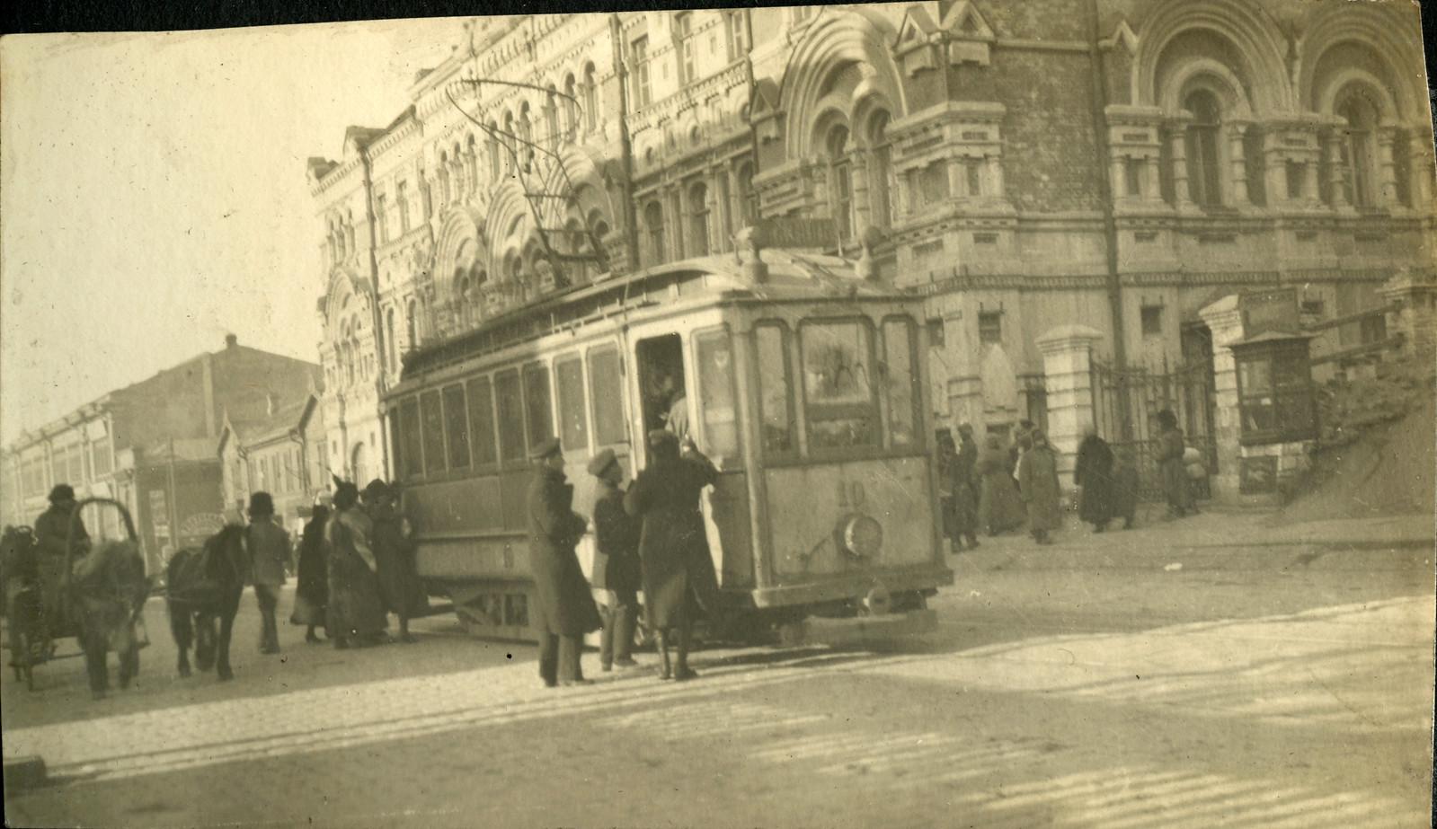 1918. Посадка в трамвай