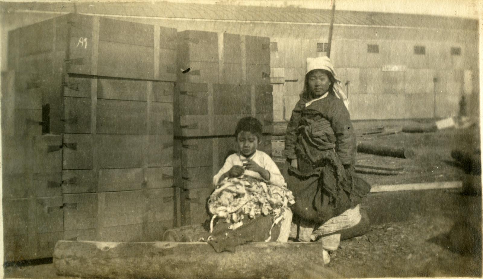 1918.  Мальчик с девочкой
