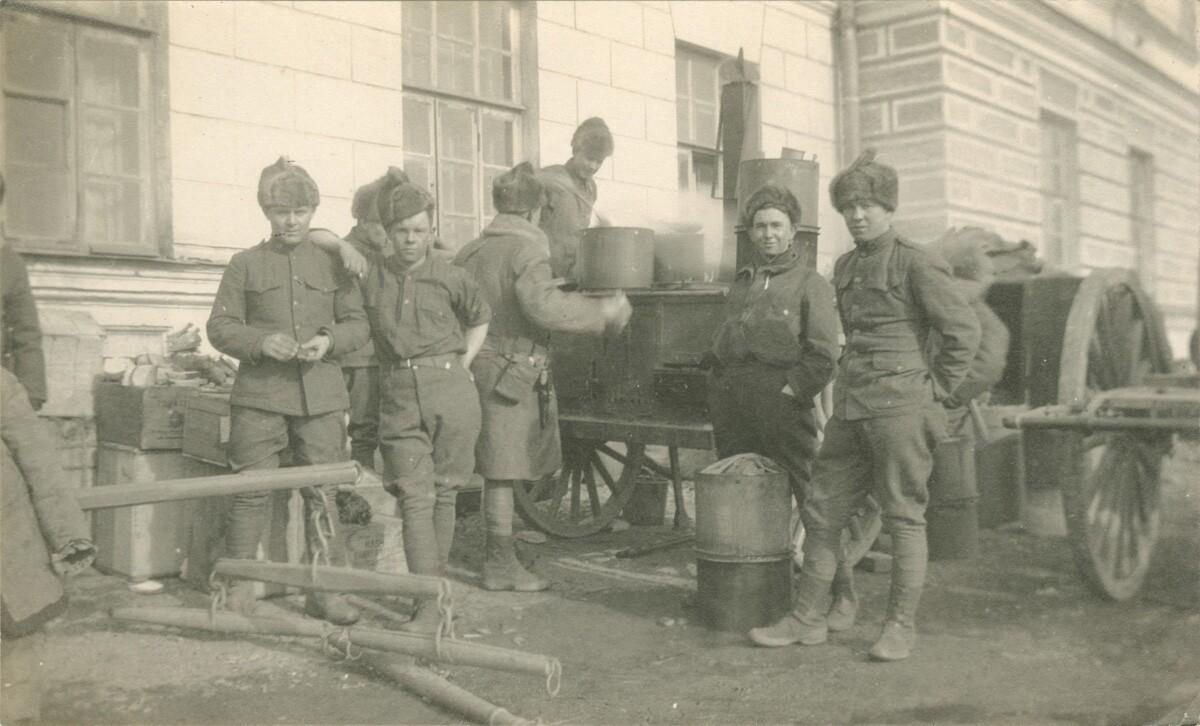 1918. Солдаты едят из полевых кухонь
